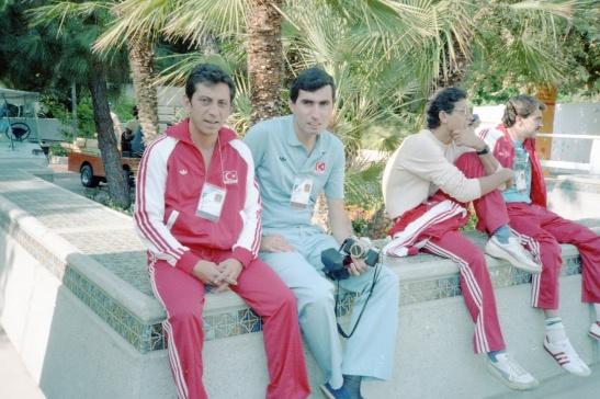 1984 (3) Los Angeles Olimpiyatları Köy Bayrak Merasimi öncesi o zamanlar Atıcılık Federasyonunun Okçuluk Asbaşkanı Uğur Erdenen ile beraber.